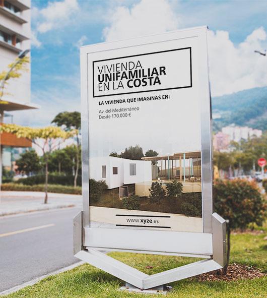 Fotomontaje de valla publicitaria con promoción de vivienda.